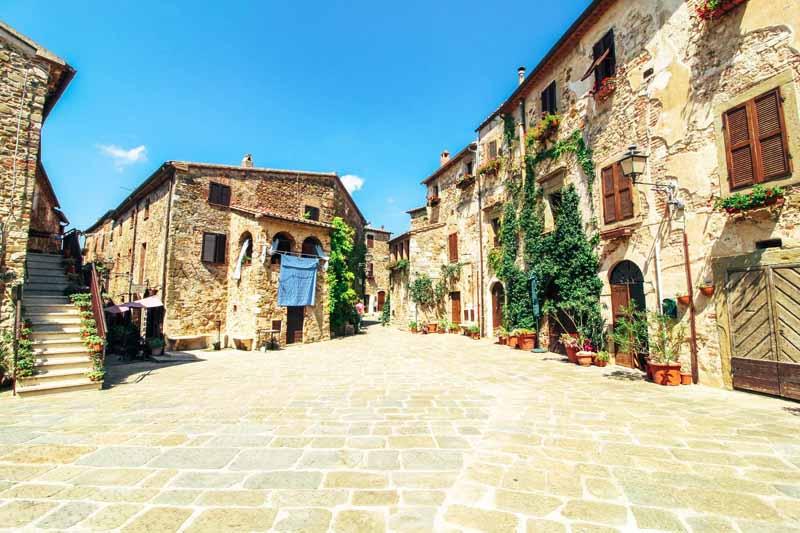 piazza del castello borgo di montemerano