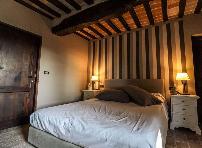 soffitto travi in legno camera villa teloni
