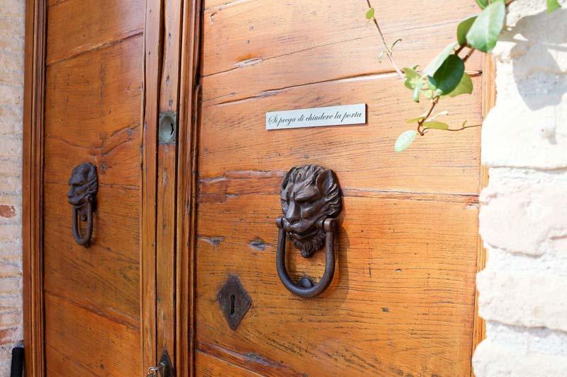 portone in legno villa storica marche
