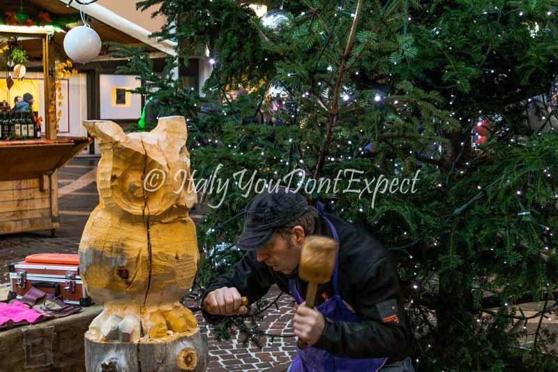 artigiano intaglia legno mercatini di natale trento