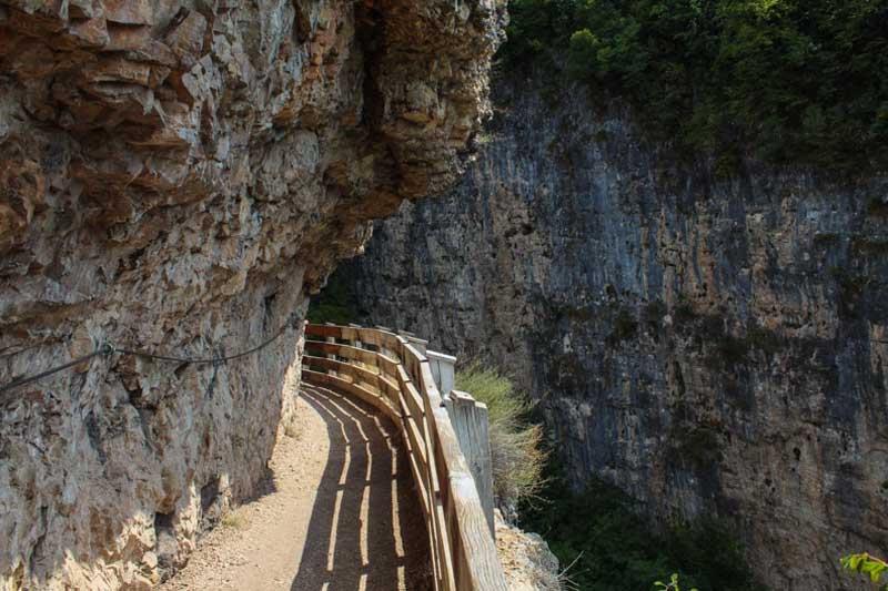 sentiero nella roccia val di non