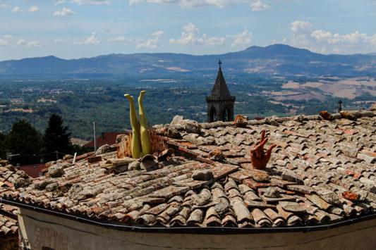 gambe escono dal tetto torre alfina