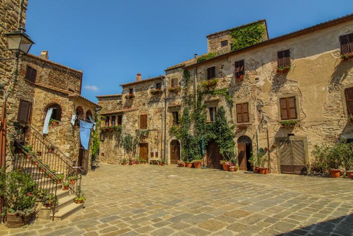Piazza del Castello del borgo di Montemerano
