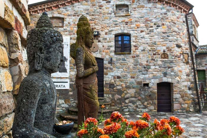 statue tibetane nel borgo di votigno di canossa