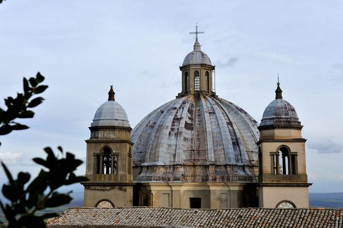 vista del cupolone della cattedrale di montefiascone