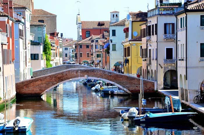 ponte di chioggia e casette colorate