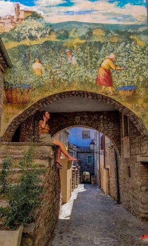 borgo di casalciprano con murales