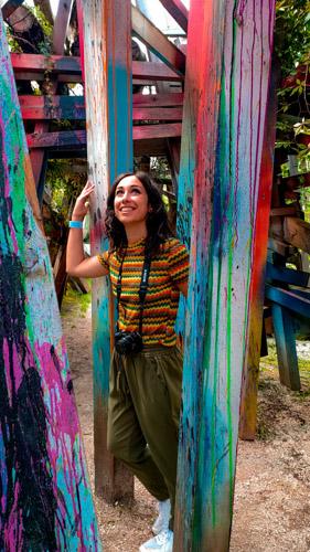 opera ad arte sella con legno colorato e ragazza in primo piano