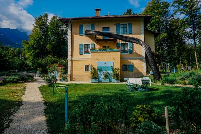 facciata di villa strobele a arte sella