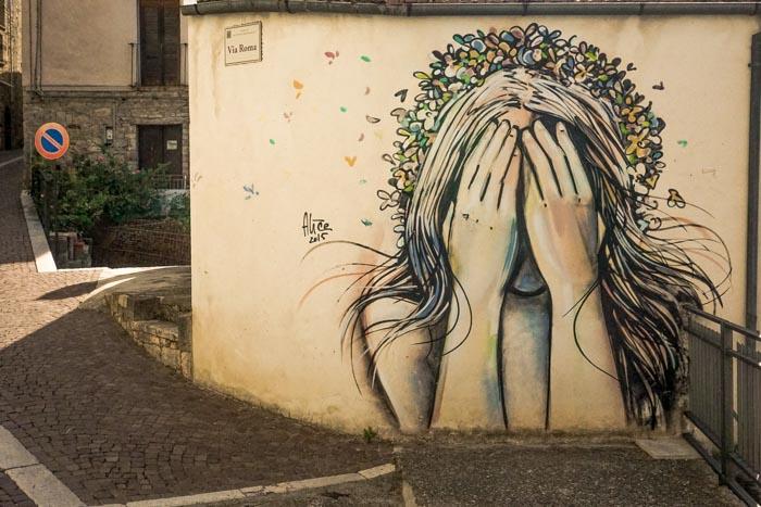 murales di alice pasquini con ragazza con fiori in testa