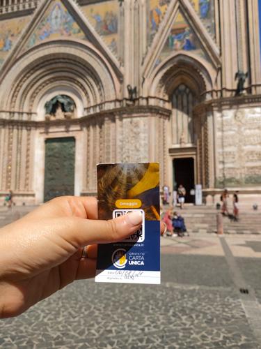 foto di mano che tiene la card per visitare orvieto