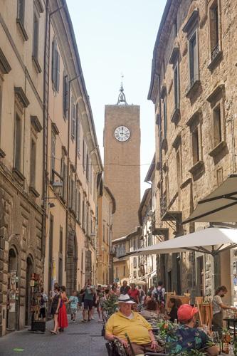 la Torre del Moro di orvieto vista dalla via